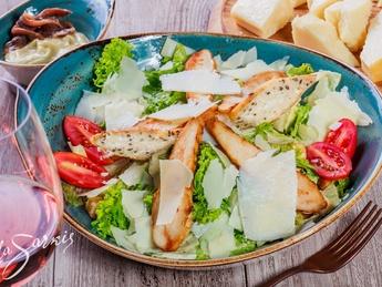Salată Cezar cu fileu de pui