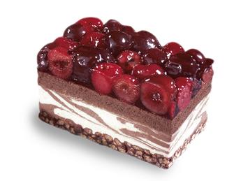 Пирожное с шоколадом и вишней