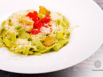 Pasta with salmon and spinach and tobiko caviar