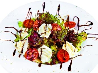 Salată ușoară cu mozzarella