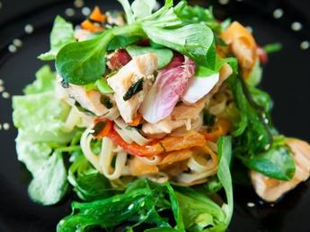 Salată caldă cu somon și tăieţei de orez