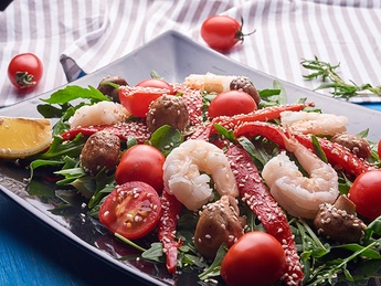 Salad with arugula and shrimps