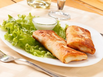 Pancakes with chicken and sour cream