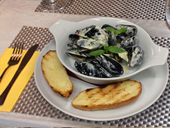 Black sea mussels in chili cream sauce