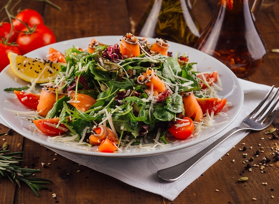 Salad with arugula and salmon