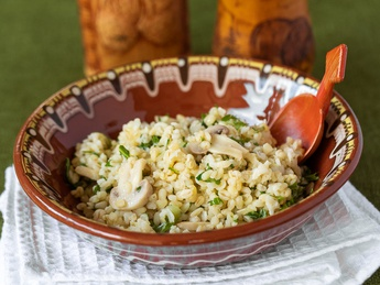Bulgur with mushrooms and rucola