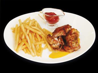 Жареные куриные крылышки с картофелем фри