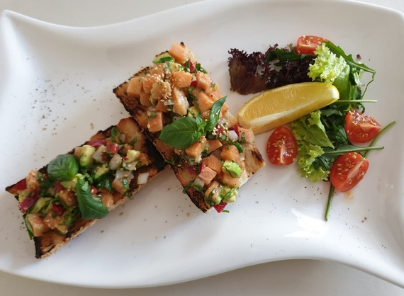 Bruschetta with salmon and vegetables