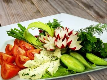 Плато со свежими овощами