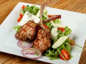 Салат с говяжьими ребрышками на гриле