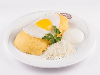 Mămăliga cu ou, brânză și smântână