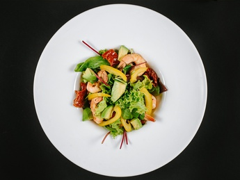 Salad with shrimps and dried tomatoes
