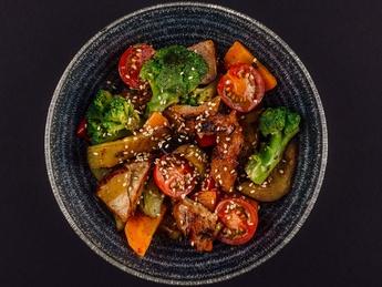 Salată caldă cu carne de vită