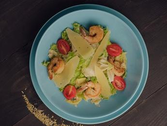 Salată Caesar cu crevete