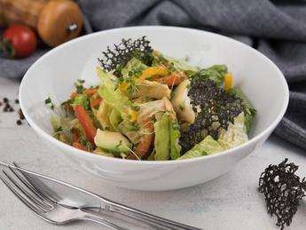 Salată cu pui și mango