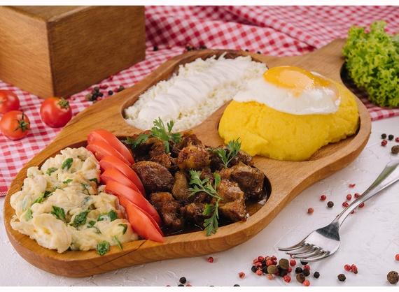 Moldovan mămăligă with pork stew