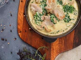 Mușchiuleț de porc la cuptor cu ciuperci și spanac in sos de frișcă