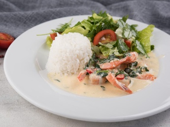 Crevete în sos de frișcă cu salată