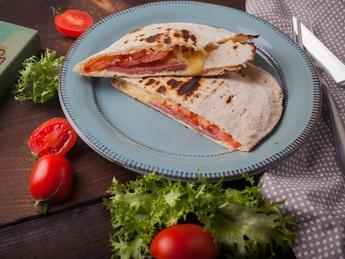 Pită turcească cu șuncă și cașcaval