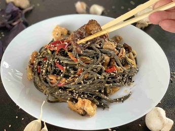 Black noodles with salmon [75]