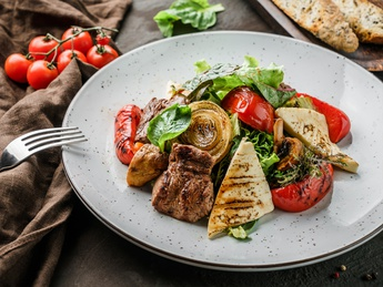 Grilled salad with veal and halloumi cheese