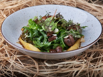 Salad with giblets and caramelized pear