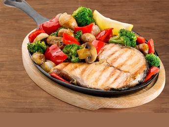Bistecca di salmone con verdure