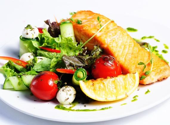 Стейк из семги с зеленым салатом