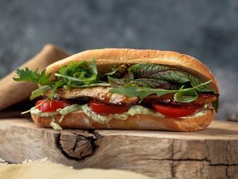 Sandwich cu macrou, roșii și sos de usturoi