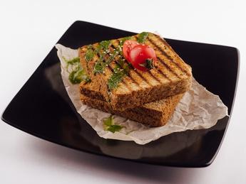 Два сэндвича на гриле с беконом
