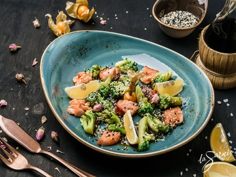 Steamed broccoli with smoked salmon