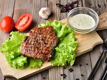 Steak de vită cu sos Tzadziki