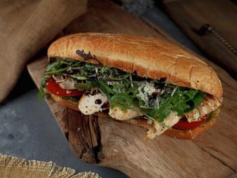 Sandwich cu carne de pui, sos pesto, roșii și parmesan