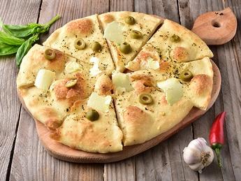 Focaccia cu olive și parmezan