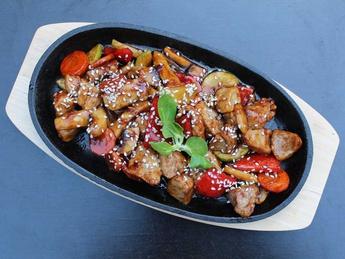 Carne de porc cu legume in sos teriyaki
