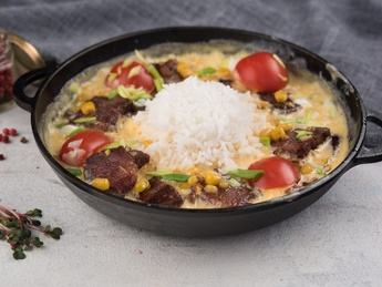 Pan with beef in cheese sauce