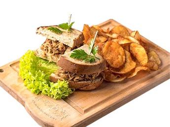 Сэндвич из мяса поросенка с  тушеной капустой
