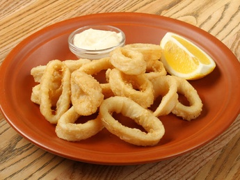 Fried calamari rings with tartar sauce