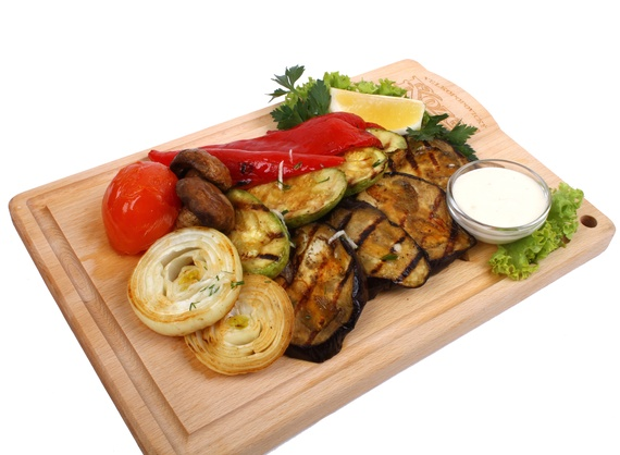 Grilled vegetables with garlic sauce and lemon