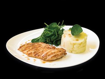 Куриная грудка с картофельным пюре и салатом