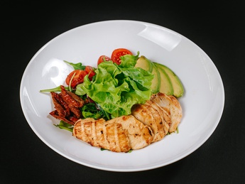 Salad with chiken and avocado