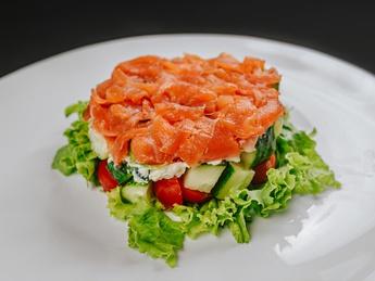 Flaky salad with salmon
