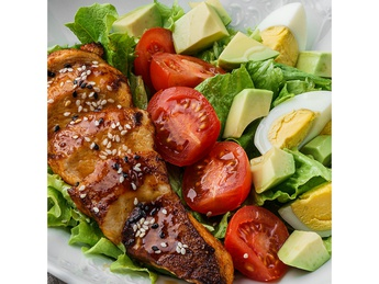 Салат-микс с куриным филе и авокадо