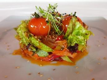 Salată din legume coapte și avocado