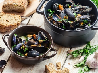 Mussels with red caviar sauce