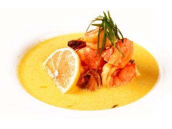 Шафрановый суп с креветками и мидиями