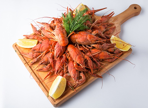 Boilled crawfishes with lemon