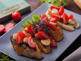 Bruschetta cu roșii cherry și mozzarella