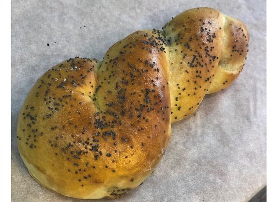 Bun with poppy seeds