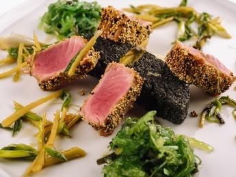 Grilled tuna breaded in chia